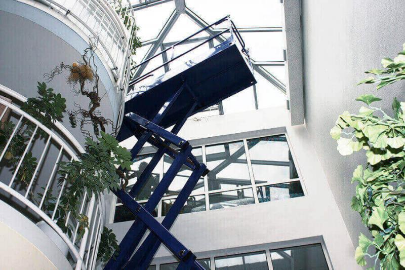 Steil nach oben oder entlang großflächiger Fensterfronten mit Scherenarbeitsbühnen!