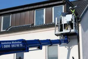 LKW-Arbeitsbühne im Einsatz an Gebäude