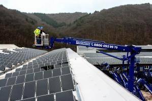 Diesel-Gelenkteleskopbühne bei der Installation einer Photovoltaikanlage
