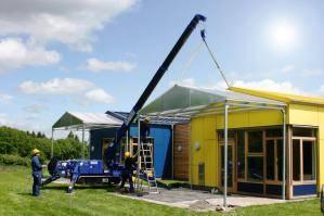 Minikran bei Installation von Solartechnik